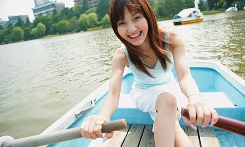ボートをこぐ女性